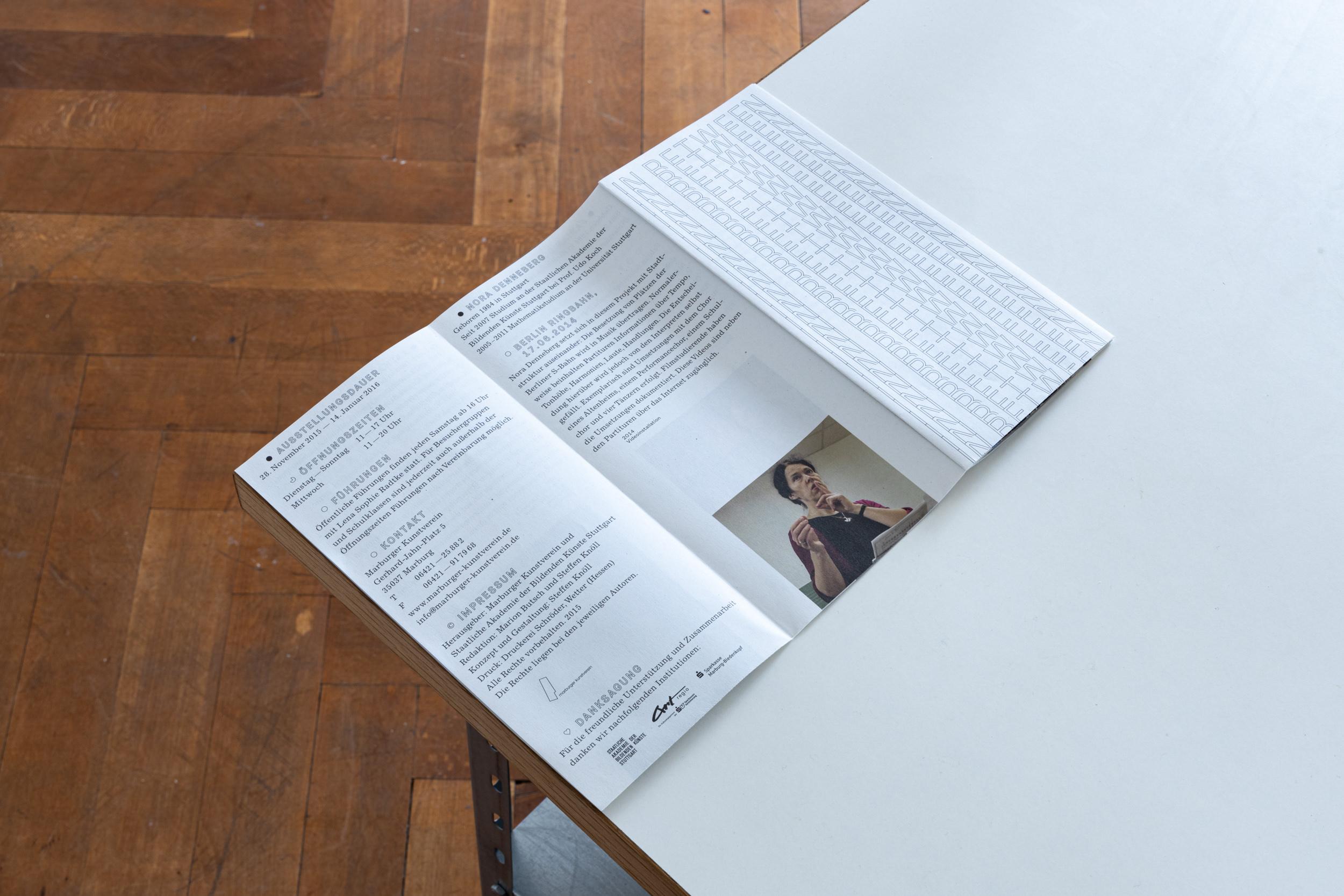 Faltflyer der Ausstellung »In Between« im Kunstverein Marburg