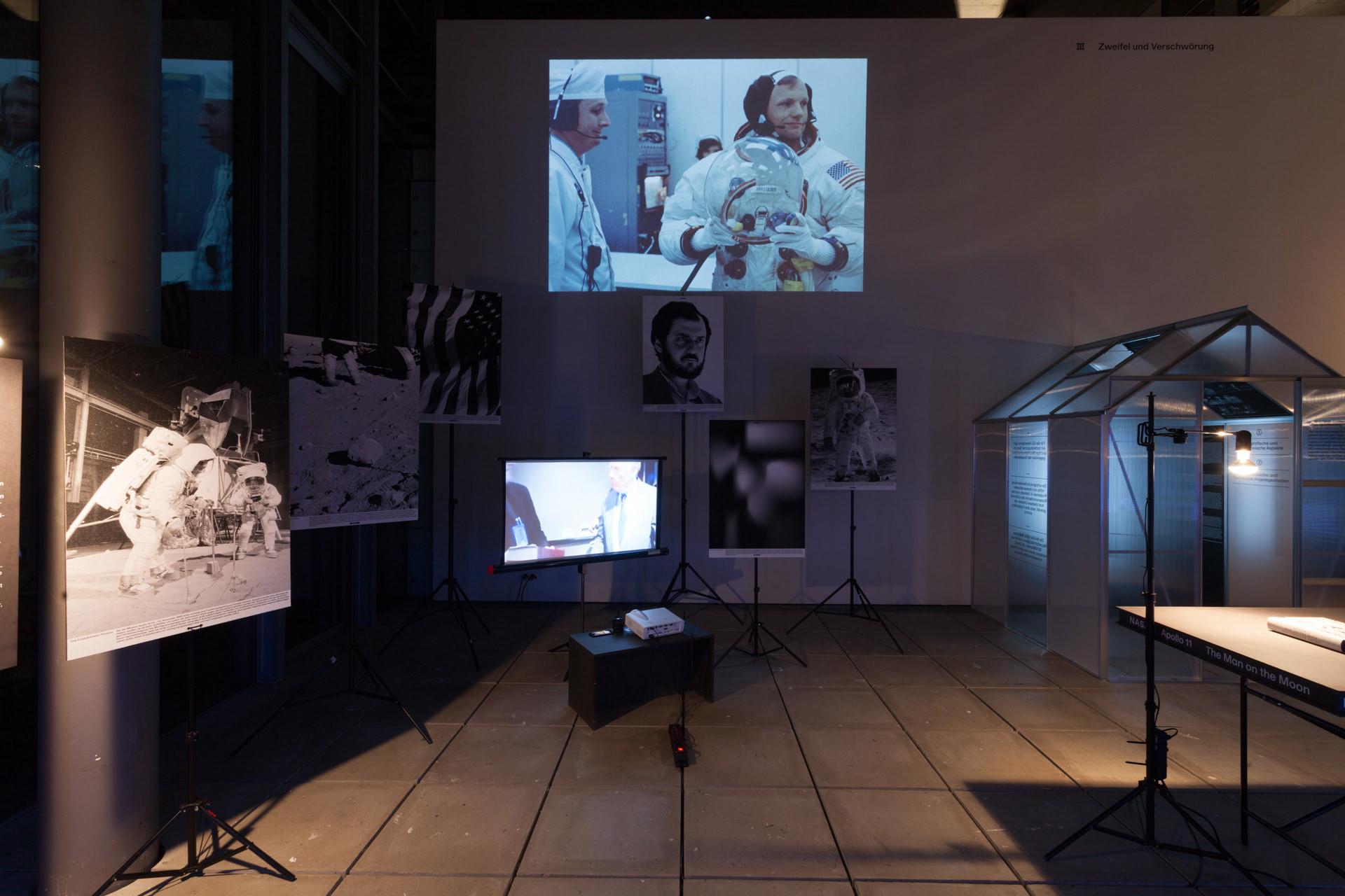 Abbildung der Ausstellung »Der Mond: Reise zum Erdtrabenten in 3 Akten«.