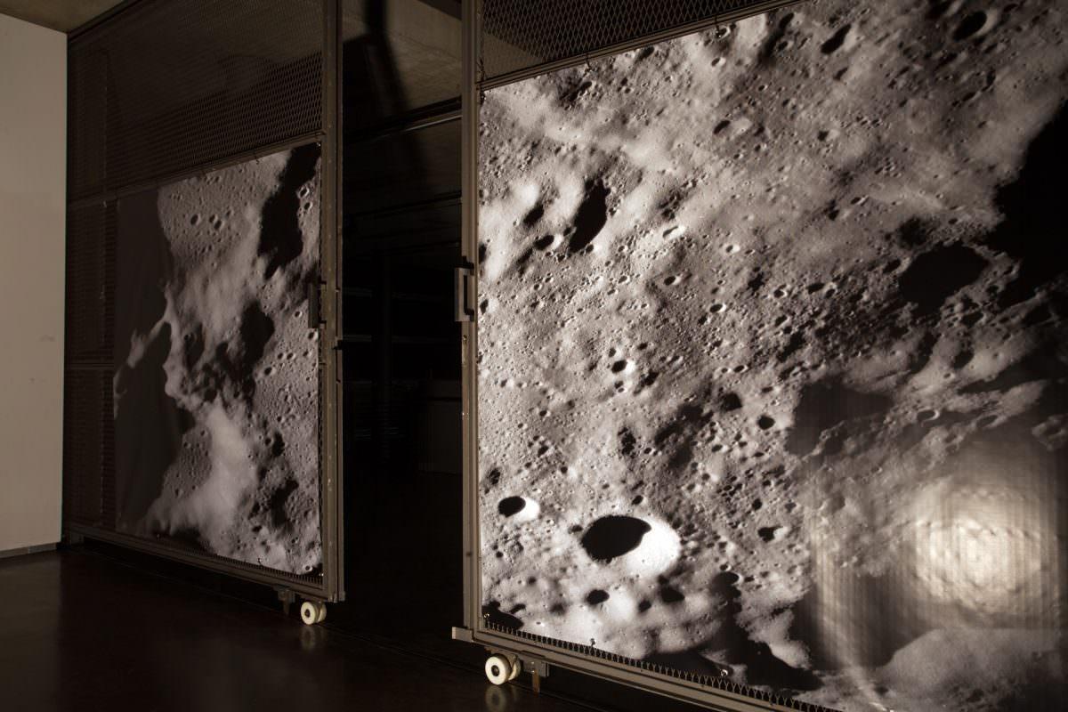 Digitalgedruckte Planen als Reise zum Mond im Graben des Neubau II der Kunstakademie.