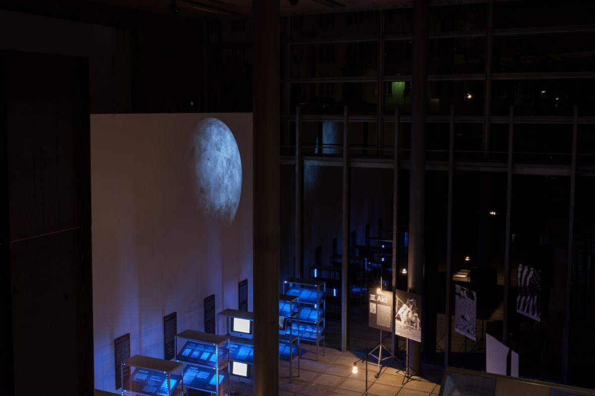 Neben Computerdisplays kam auch Beamer-Technik zum Einsatz um das Ausstellungsdesign zu vervollständigen.