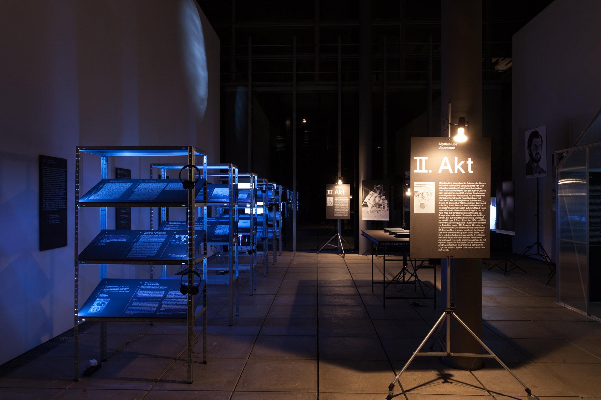 Ausstellungsansicht der Ausstellung »Der Mond: Eine Szenografische Reise zum Erdtrabanten in Drei Akten«