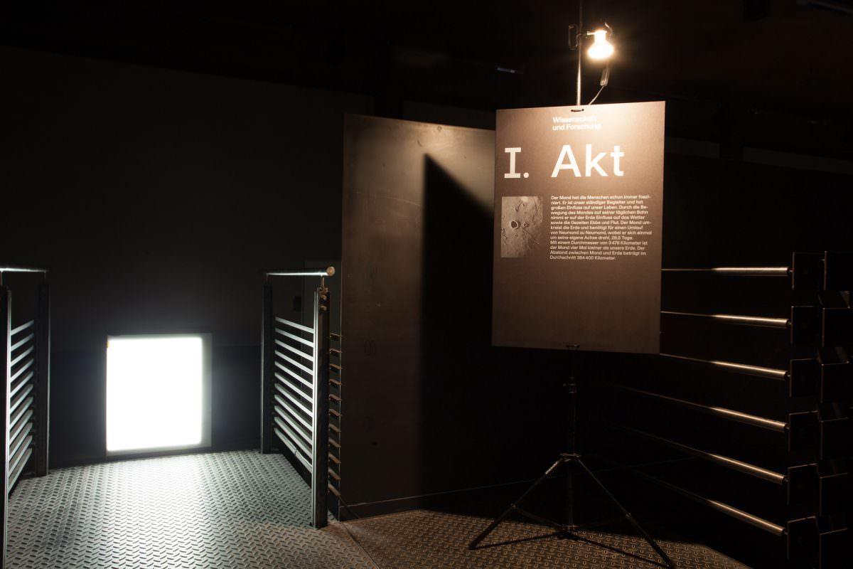 Siebgedruckte Panele erläuterten in typografischer Gestaltung die Daten und Fakten zur Reise zum Mond.