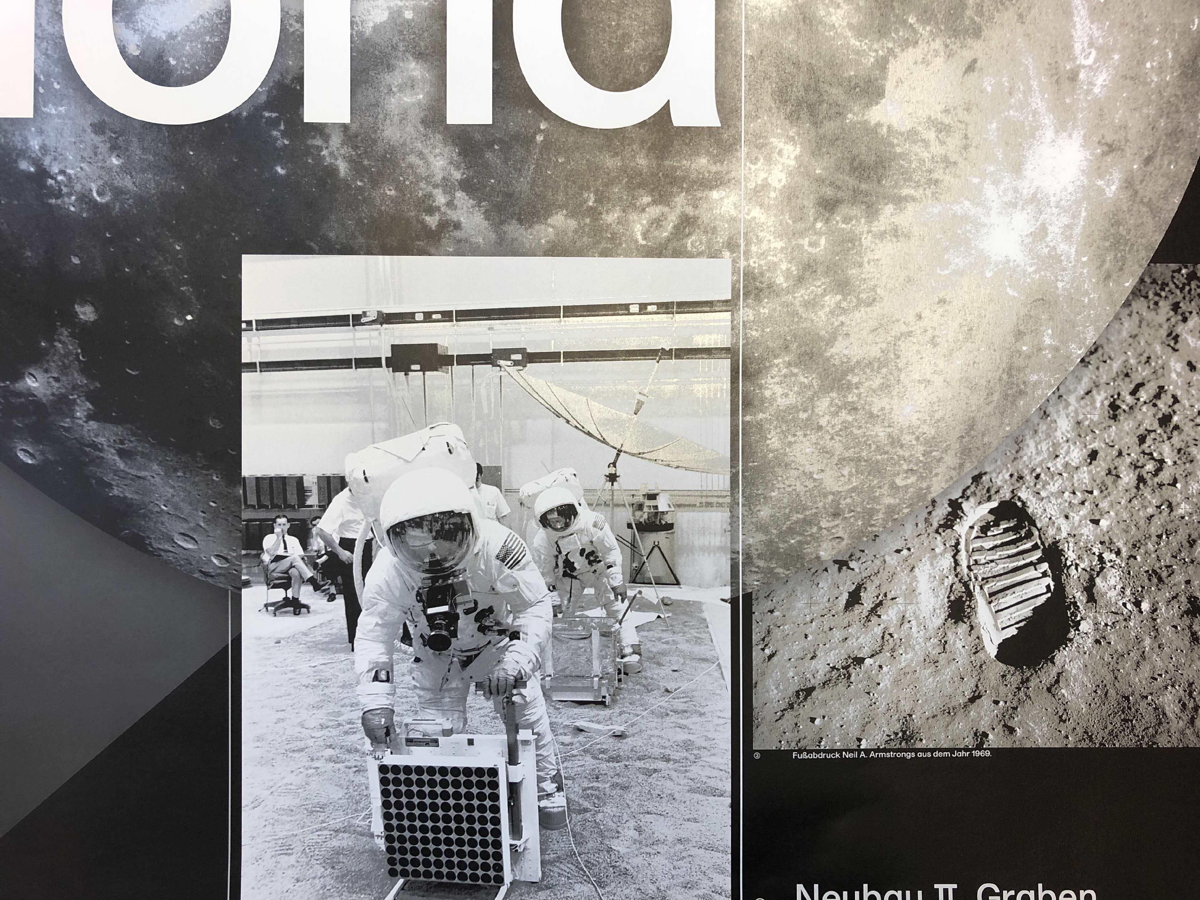 Close-Up der Plakatgestaltung »Der Mond«. Zweifarbiger Druck in Pantone 877 und Schwarz, zweifarbig separiert.