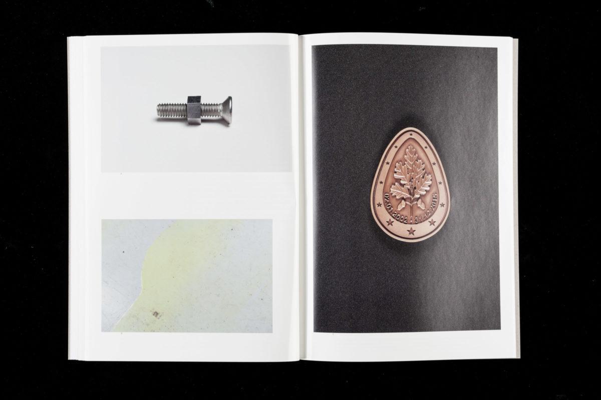 Doppelseite aus der Publikation zur Gruppenausstellung »Ohne Zucker«.