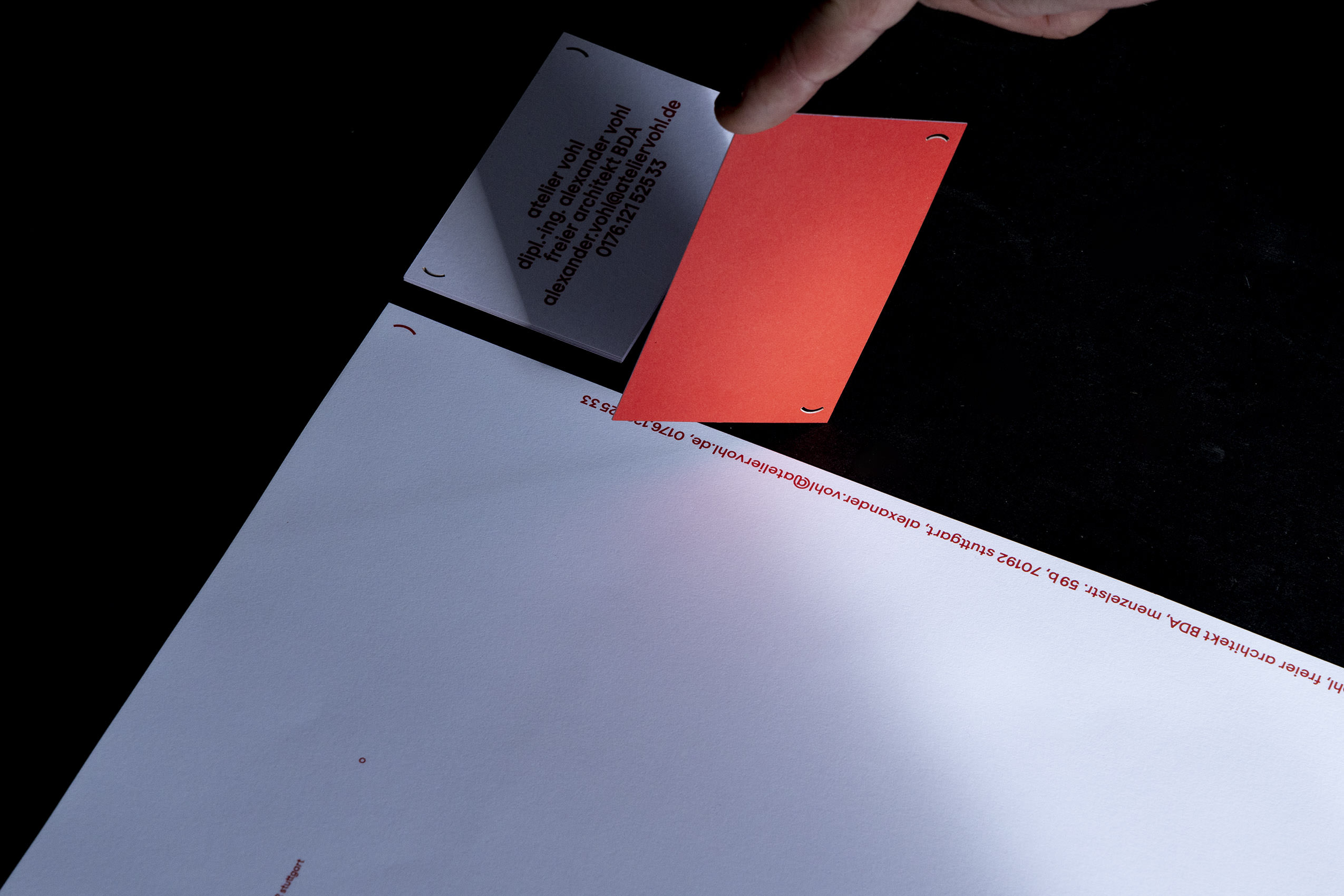 Briefbogen mit Sonderfarbe und gestanzte Visitenkarten für Atelier Vohl, Alexander Vohl.