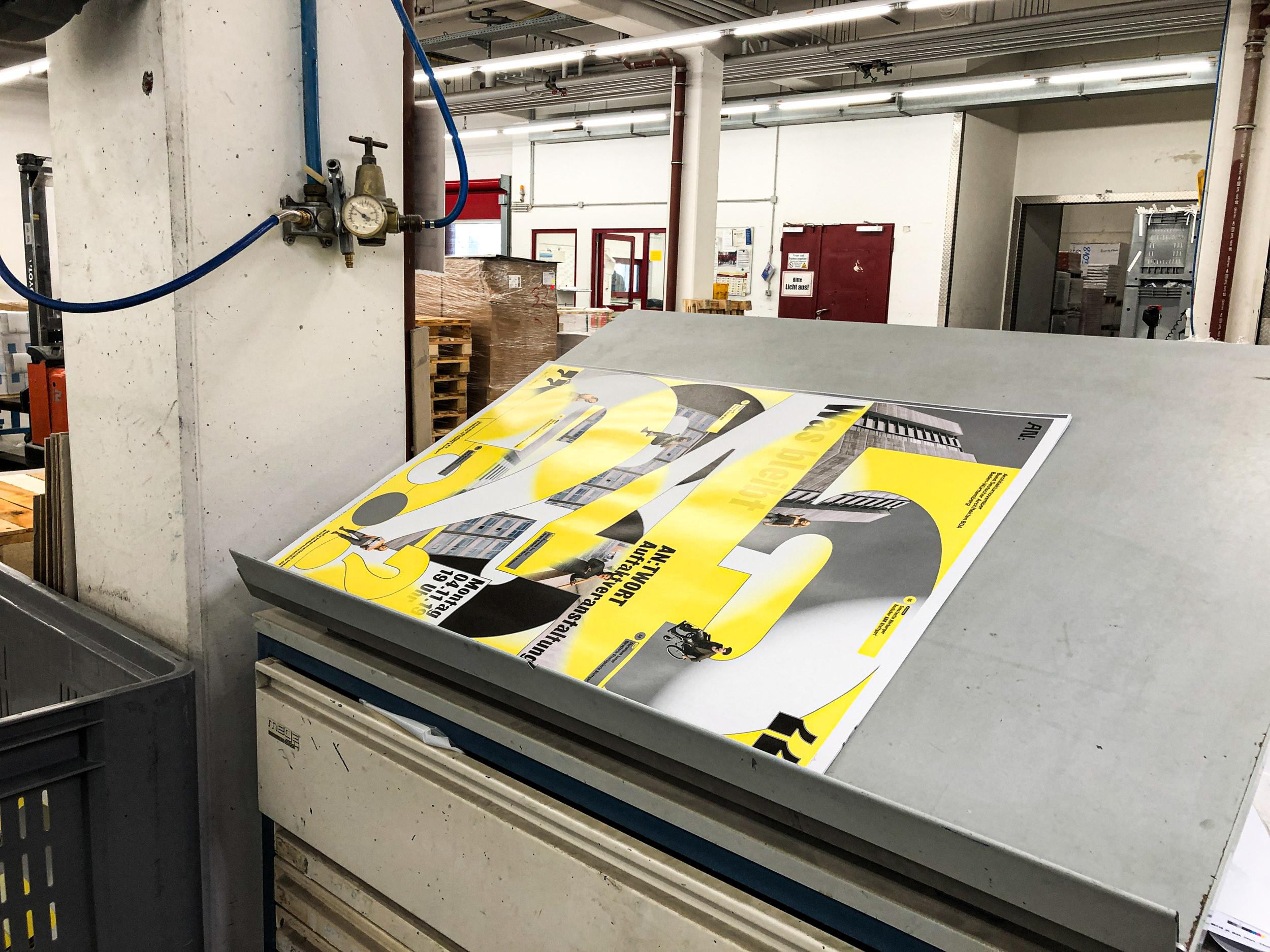 Impressionen bei der Druckabnahme des Plakates: Zusätzlich zu den vier Farben wurde Silber als Sonderfarbe gewählt.