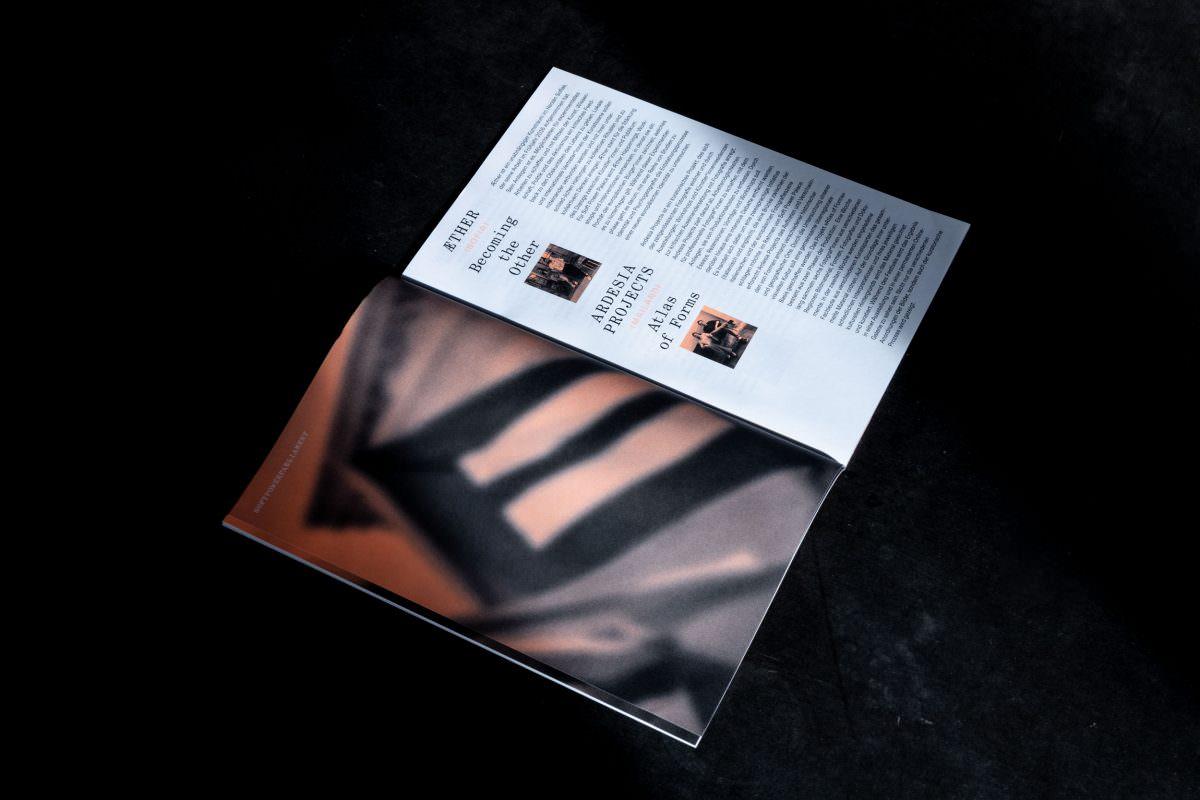 Doppelseite der Broschüre für den Soft Power Palace, links: Plakatabbildung, rechts: Vorstellung der teilnehmenden Initiativen.