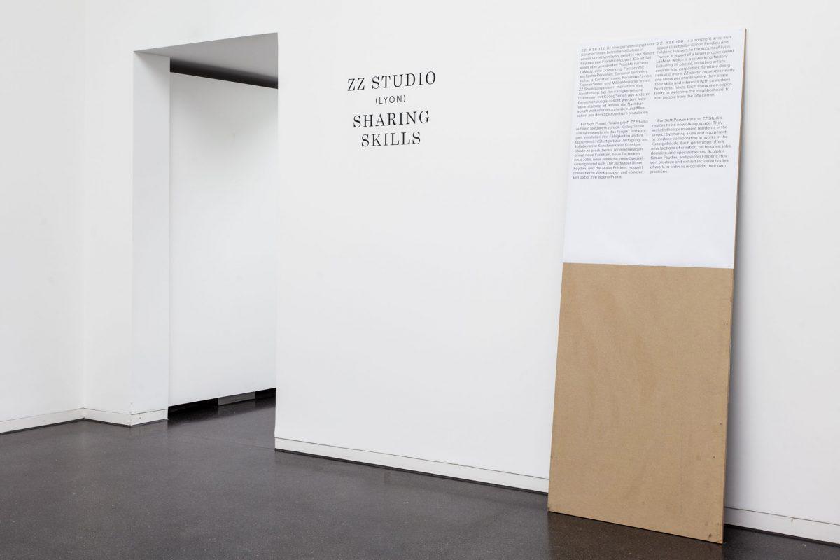 Wandgrafik in Form von Folienplotts und Ausstellungsmöbel für Soft Power Palace