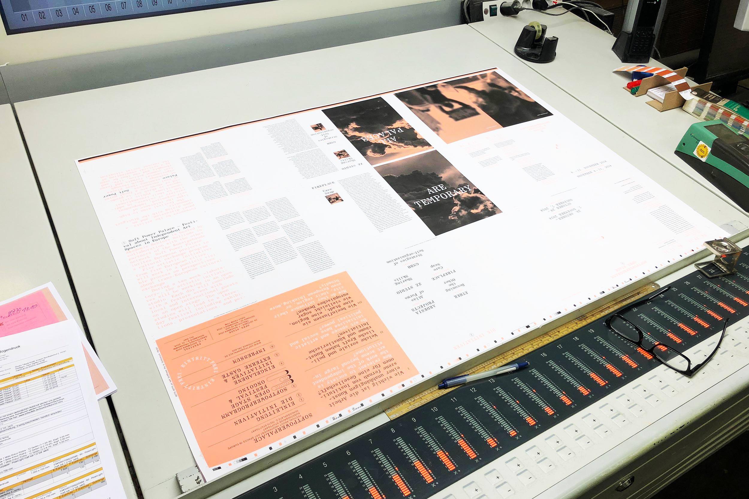 Impressionen bei der Druckabnahme: Zweifarbiger Offsetdruck mit Pantone 905U und Schwarz.