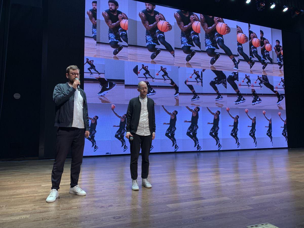 Steffen Knöll und Sven Tillack bei einem Vortrag über Gestaltung bei der Macau Design Biennal im Expo Center in Shanghai, 2018.