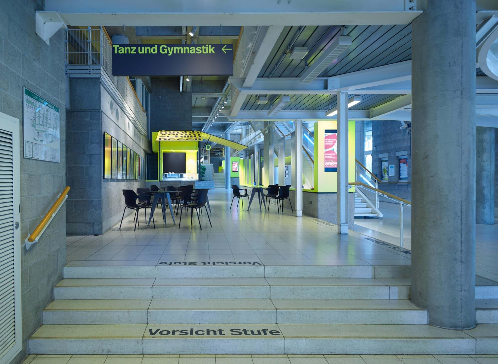 Treppenaufgang und Foyer des Rotebühlbaus mit diversen, leitenden Maßnahmen.