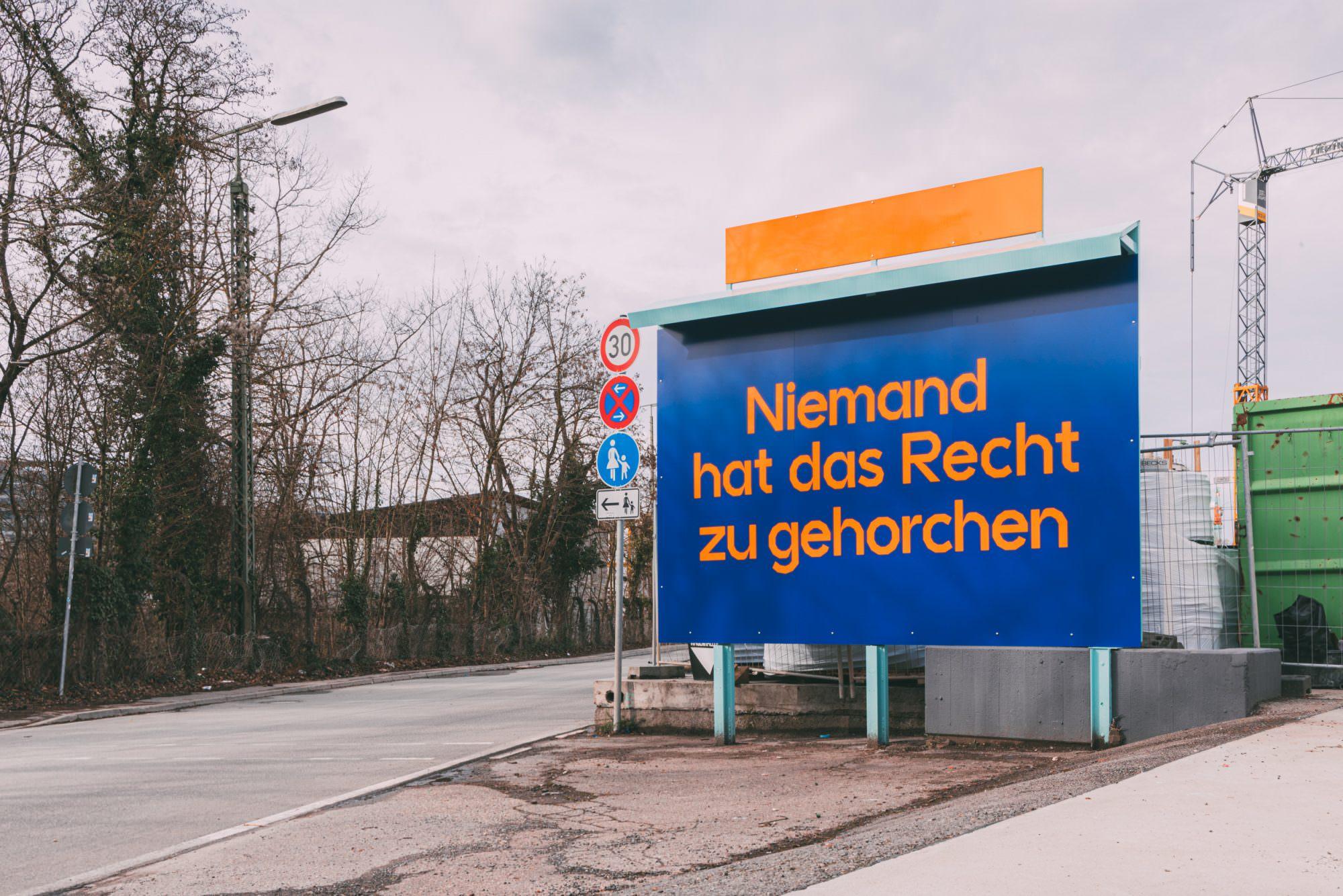 Installation mit Schild, das ein Zitat von Hannah Arendt zeigt.